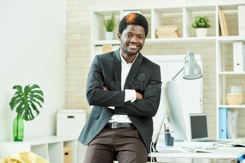 Homem de negócios novo bem sucedido imagem de stock