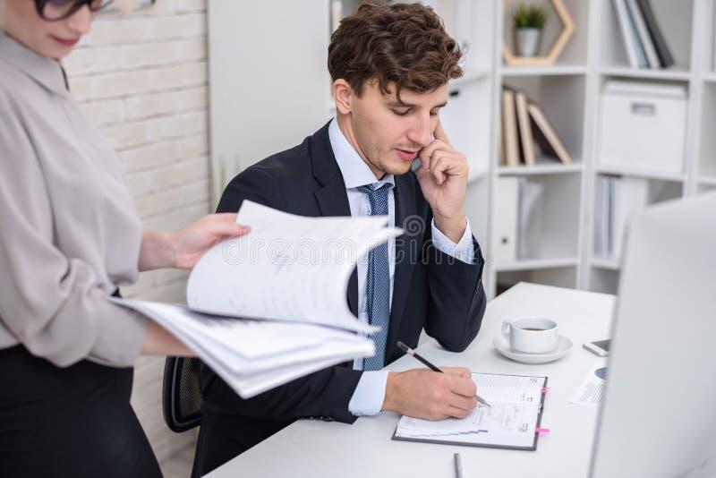 Homem de negócios novo Busy Working no escritório foto de stock