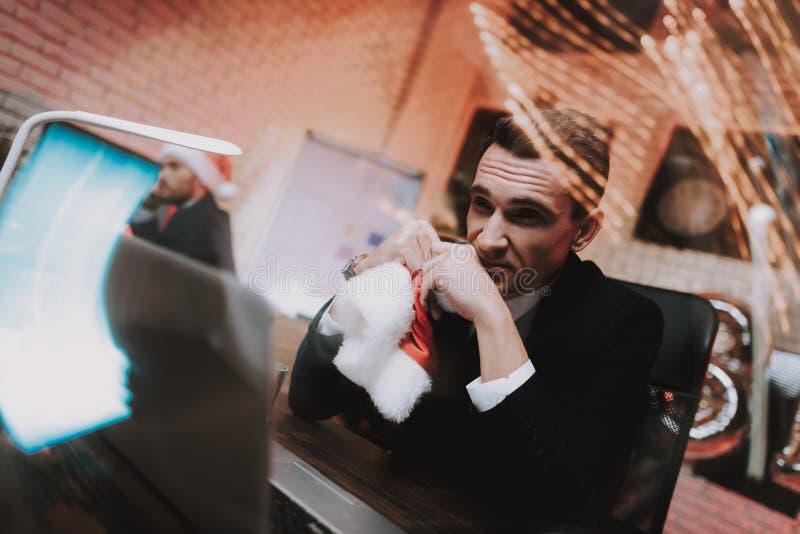 Homem de negócios novo cansado no escritório na véspera de ano novo fotos de stock