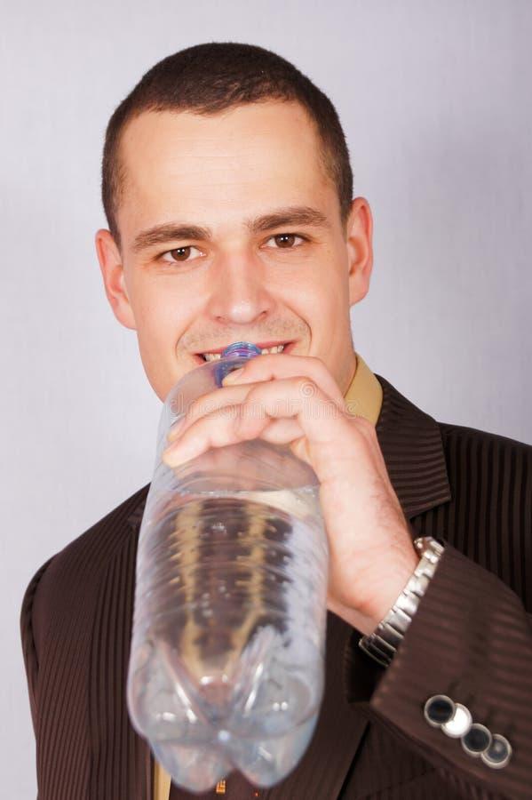 Homem de negócios novo com água imagens de stock