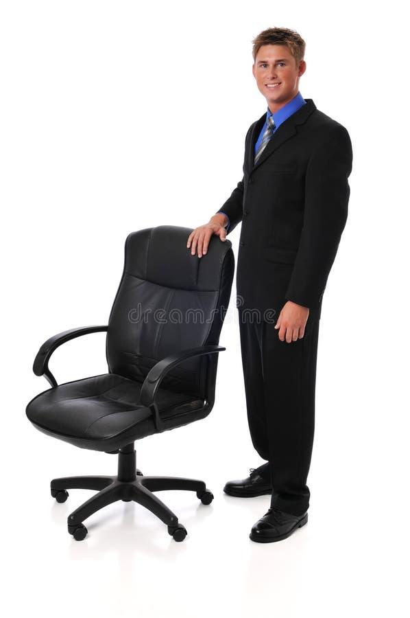 Homem de negócios novo com cadeira foto de stock