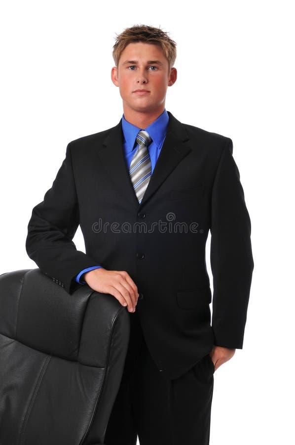 Homem de negócios novo com cadeira fotografia de stock royalty free