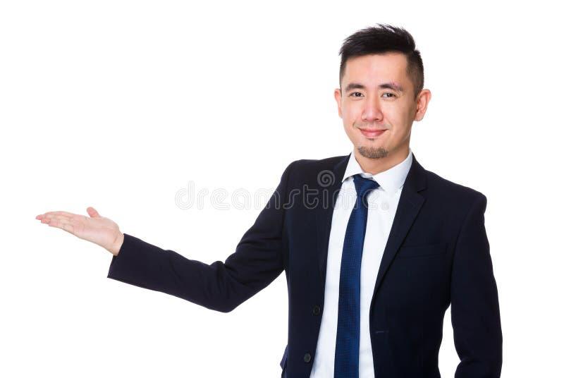 Homem de negócios novo com a mão que mostra o sinal vazio fotos de stock royalty free