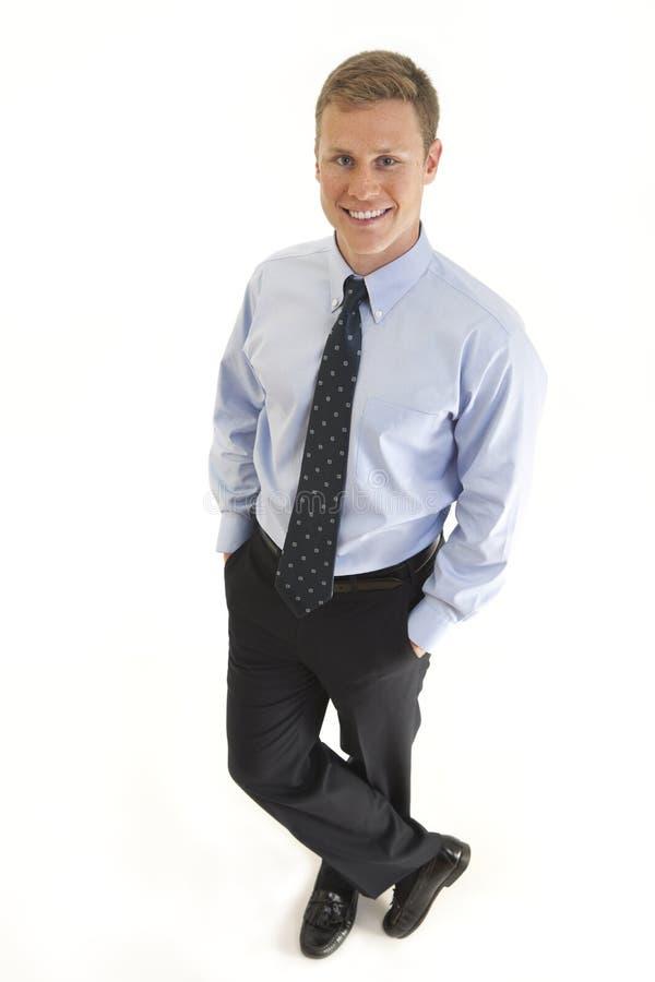 Homem de negócios novo com mãos em uns bolsos fotografia de stock