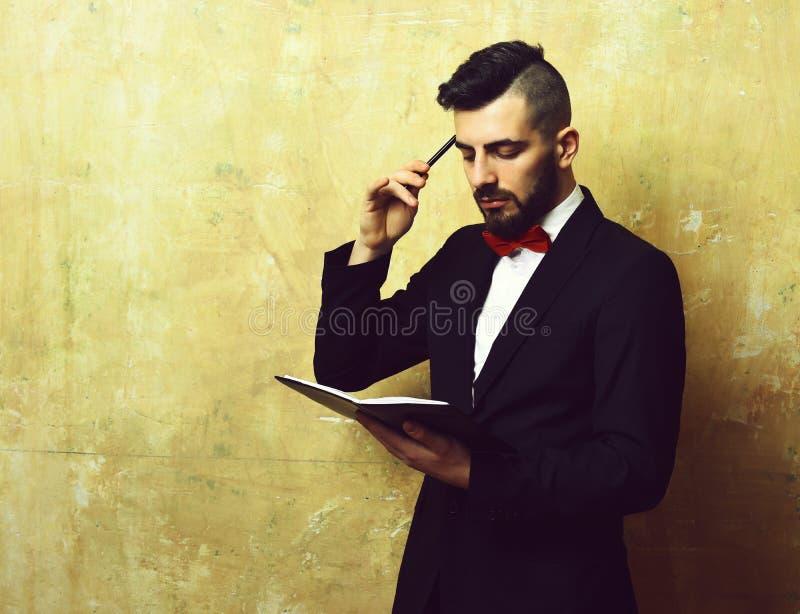 Homem de negócios novo com o organizador puro da leitura da barba e do corte de cabelo foto de stock
