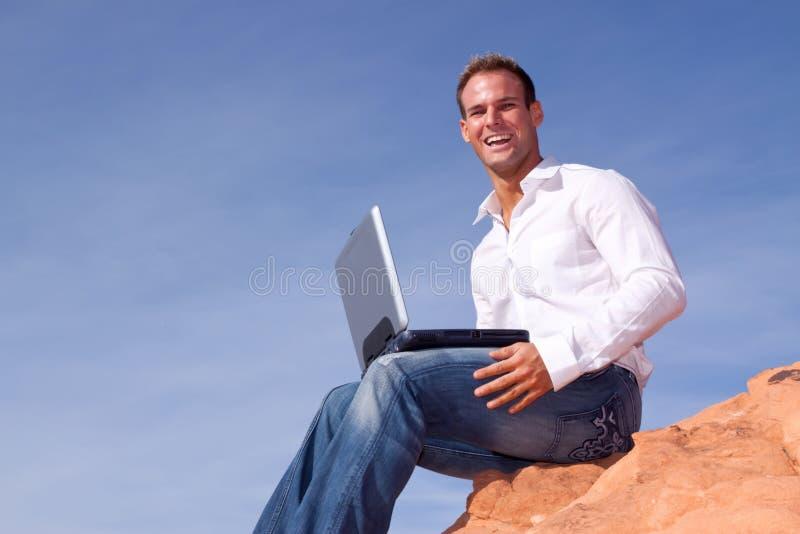 Homem de negócios novo com portátil fotografia de stock royalty free