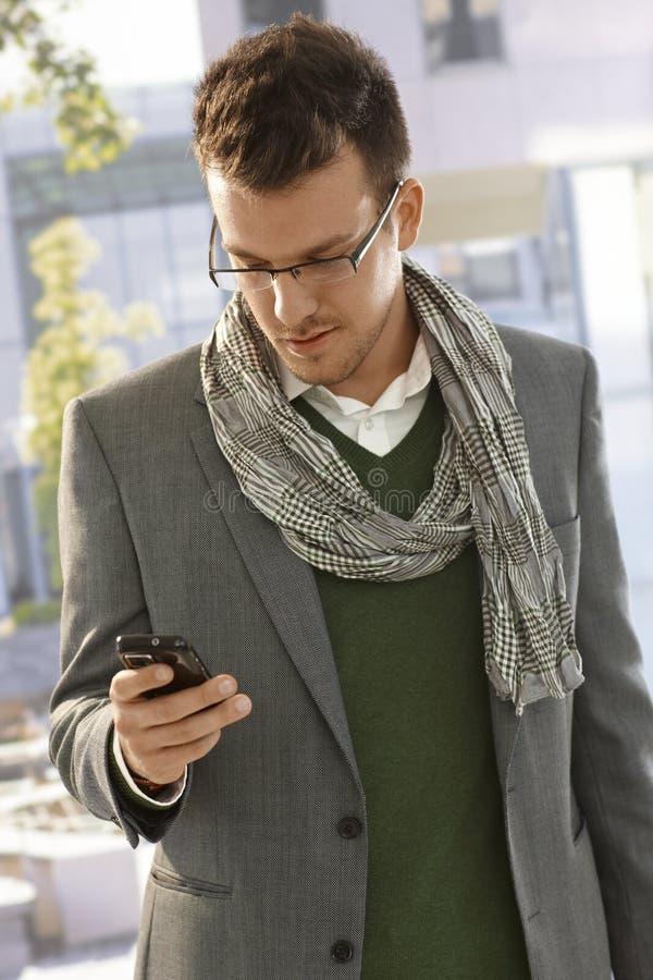 Homem de negócios novo com telemóvel fotografia de stock royalty free