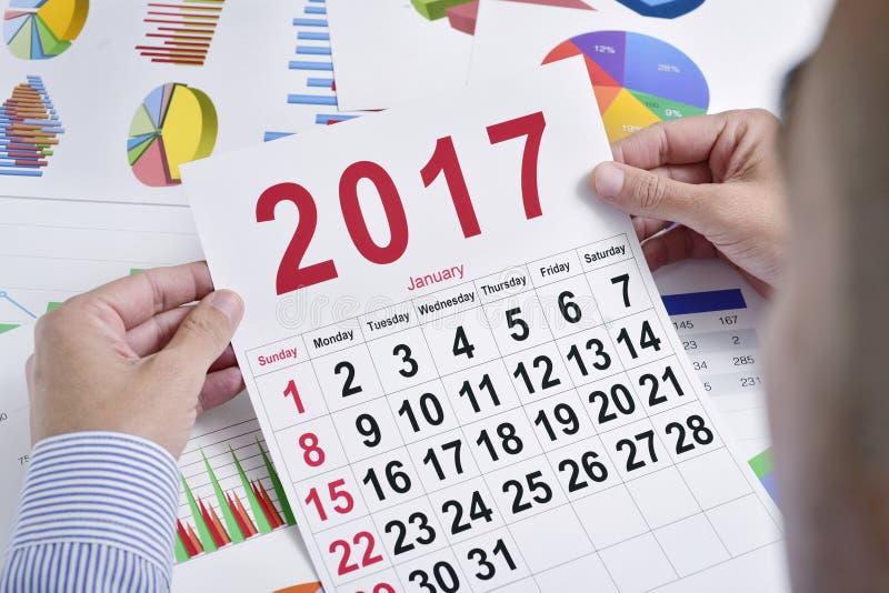 Homem de negócios novo com um calendário 2017 imagens de stock