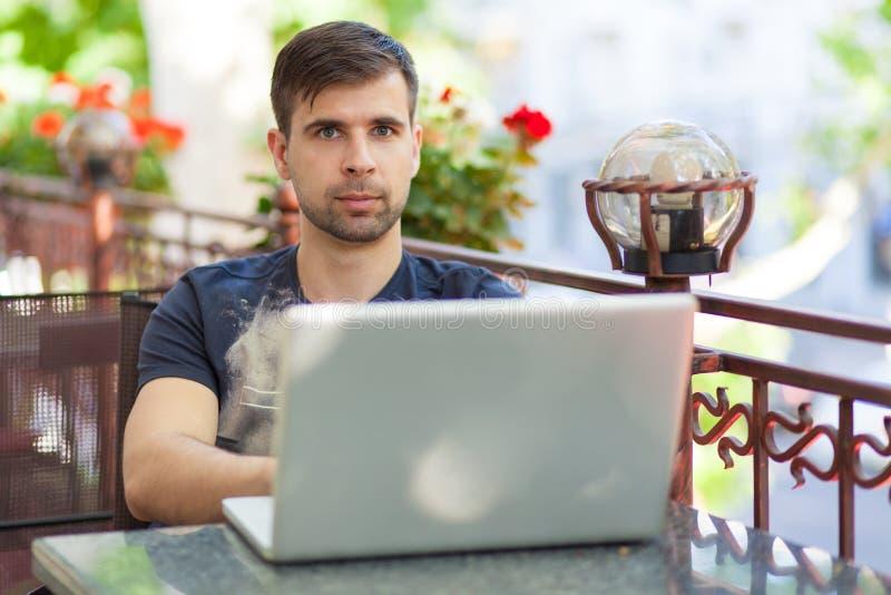 Homem de negócios novo com um portátil fotografia de stock royalty free