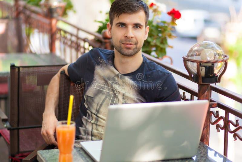 Homem de negócios novo com um portátil foto de stock