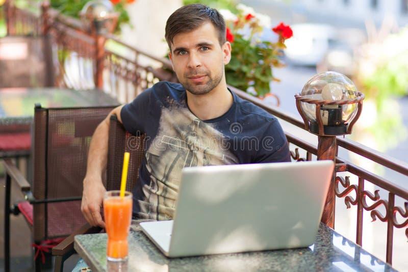 Homem de negócios novo com um portátil fotos de stock royalty free