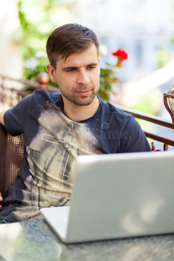 Homem de negócios novo com um portátil foto de stock royalty free