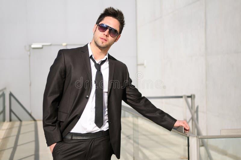 Homem de negócios novo considerável com óculos de sol fotografia de stock