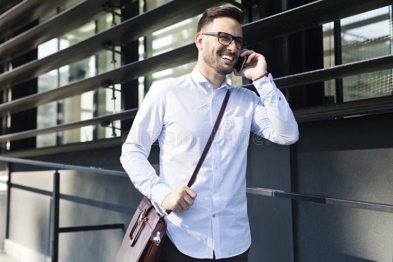 Homem de negócios novo considerável no telefone imagens de stock royalty free