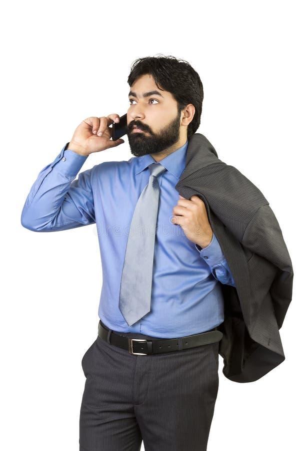 Homem de negócios novo considerável que fala no telefone celular fotografia de stock royalty free