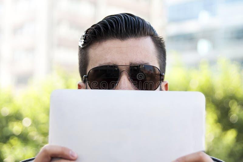 Homem de negócios novo do moderno que guarda o portátil imagens de stock royalty free