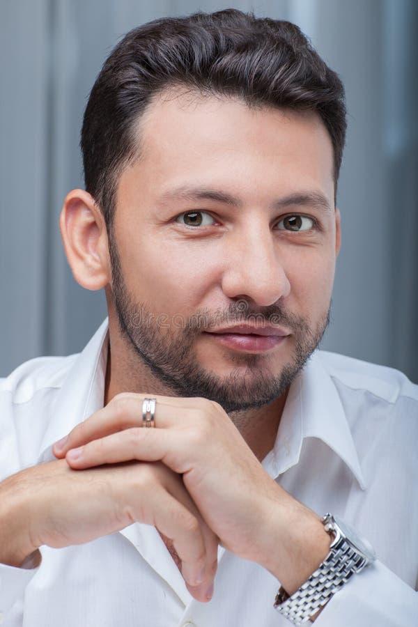 Homem de negócios novo do retrato com barba imagens de stock