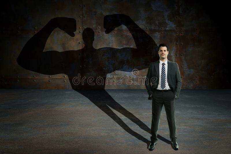 Homem de negócios novo e considerável com poderes secretos Motivação do negócio e conceito dos succes fotos de stock