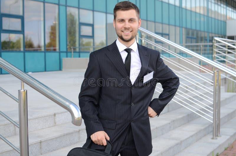 Homem de negócios novo fora imagens de stock