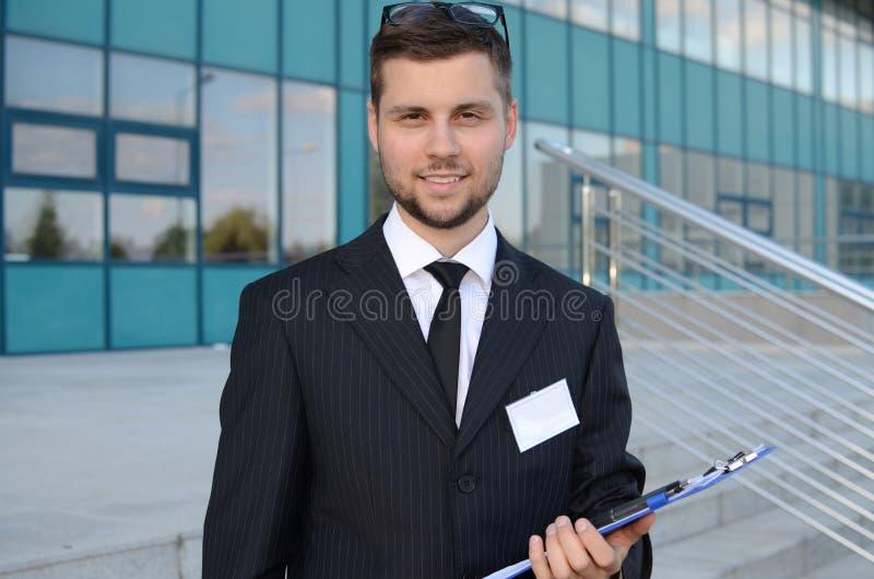 Homem de negócios novo fora fotografia de stock royalty free