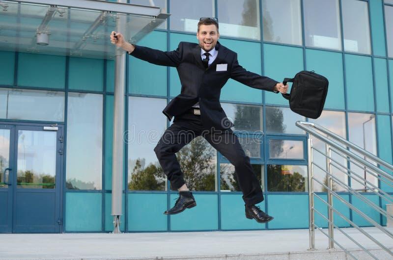 Homem de negócios novo fora foto de stock