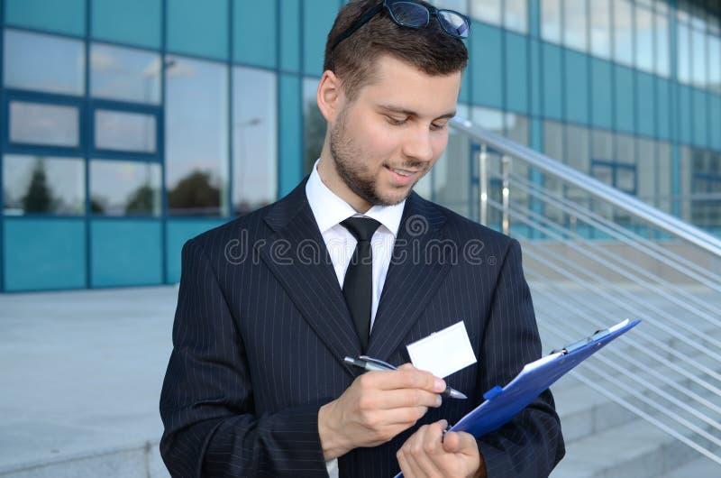 Homem de negócios novo fora imagem de stock