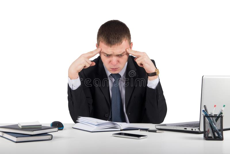 Homem de negócios novo frustrante que trabalha no laptop no escritório fotos de stock royalty free