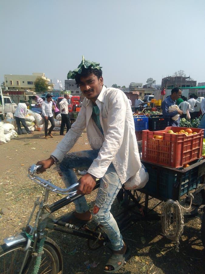 Homem de negócios novo indiano do menino um mercado indiano fotos de stock