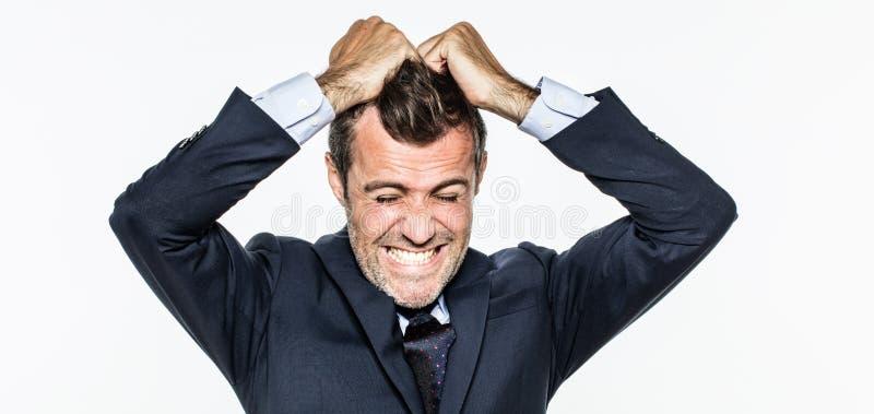 Homem de negócios novo irritado que retira seu cabelo para a exasperação imagens de stock royalty free