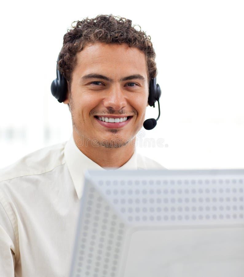 Homem de negócios novo Latin com auriculares sobre imagem de stock