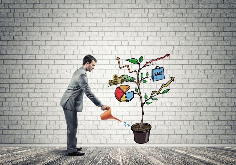 Homem de negócios novo na sala vazia que molha o conceito tirado do crescimento com lata fotografia de stock royalty free