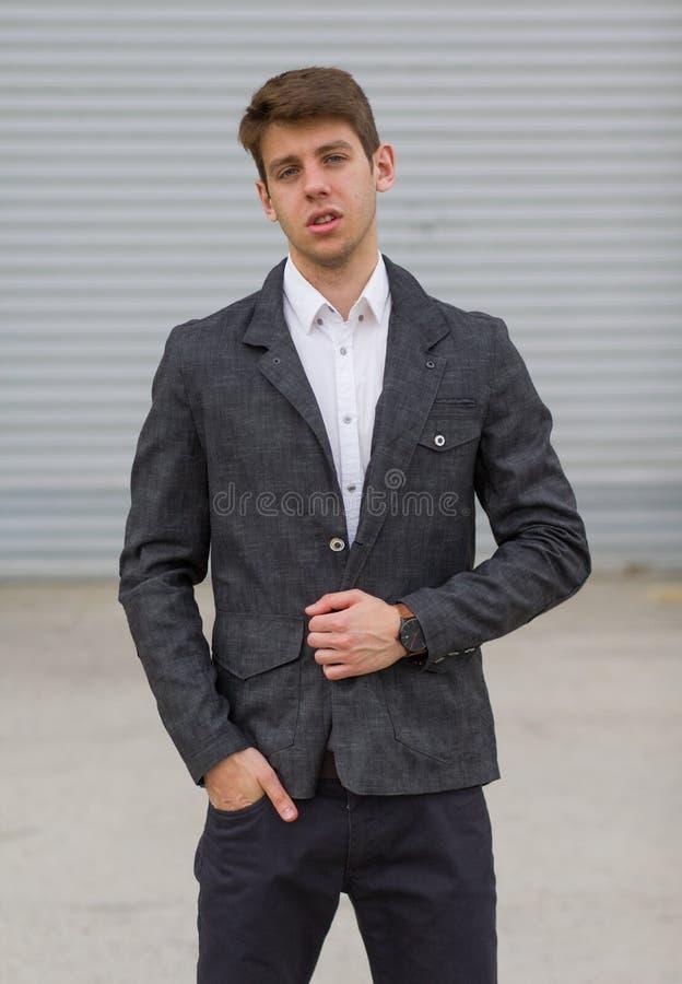 Homem de negócios novo no terno fora fotos de stock