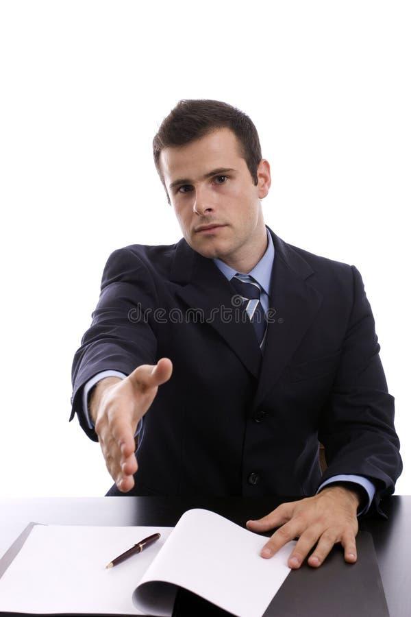 Homem de negócios novo, oferecendo agitar as mãos fotografia de stock royalty free
