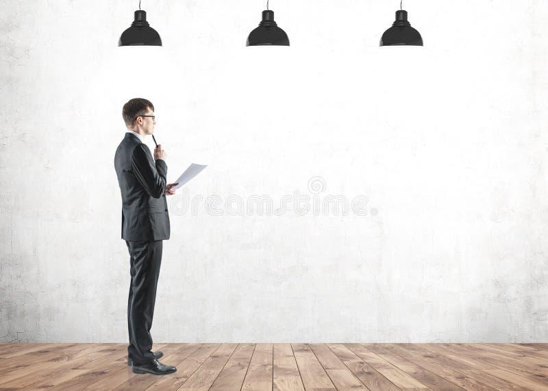 Homem de negócios novo pensativo com o documento, trocista acima foto de stock royalty free