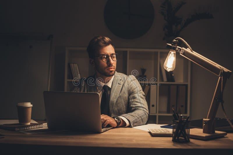 homem de negócios novo pensativo que trabalha com portátil imagens de stock