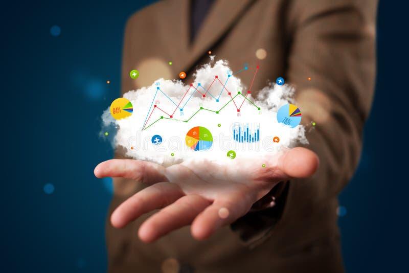 Homem de negócios novo que apresenta a nuvem com cartas e ícones a do gráfico fotografia de stock