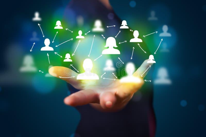 Homem de negócios novo que apresenta a tecnologia moderna a rede social miliampère foto de stock