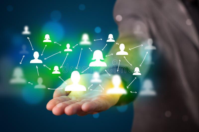 Homem de negócios novo que apresenta a tecnologia moderna a rede social miliampère imagem de stock