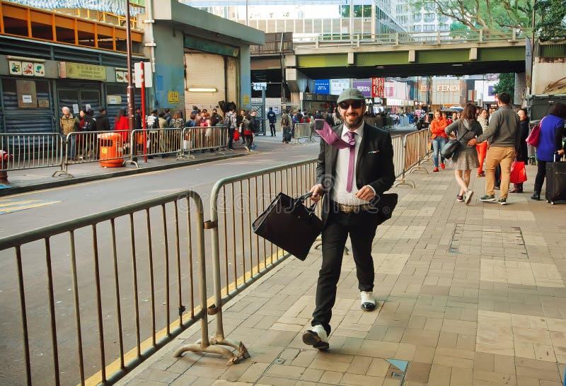 Homem de negócios novo que apressa-se na rua movimentada da cidade asiática grande imagem de stock royalty free
