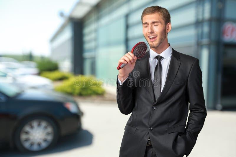 Homem de negócios novo que canta imagens de stock royalty free