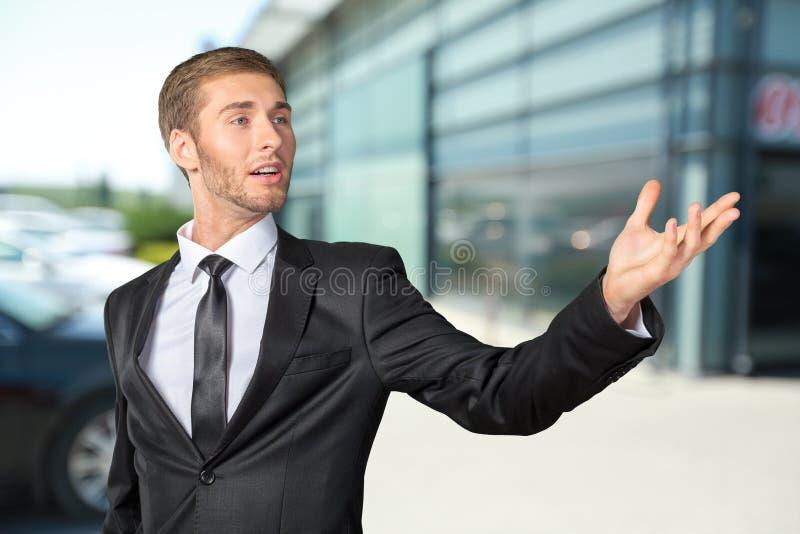 Homem de negócios novo que canta fotografia de stock
