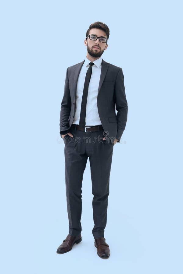Homem de negócios novo que está com mãos em uns bolsos fotografia de stock royalty free