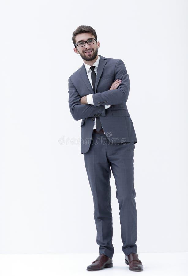 Homem de negócios novo que está com mãos em uns bolsos imagens de stock
