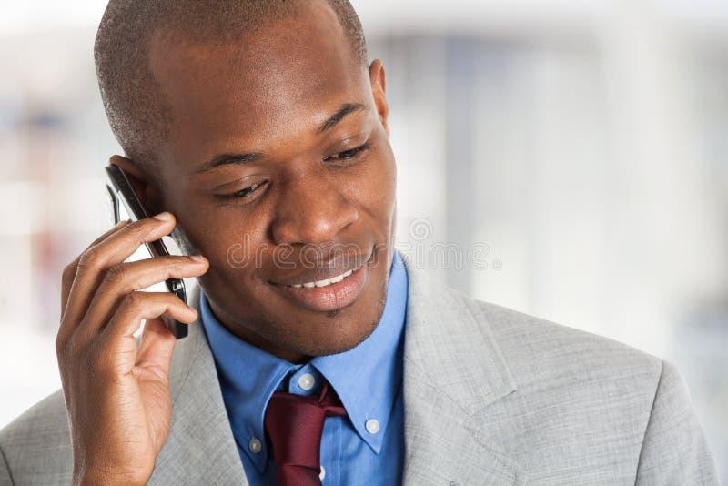 Homem de negócios novo que fala no telefone fotografia de stock royalty free