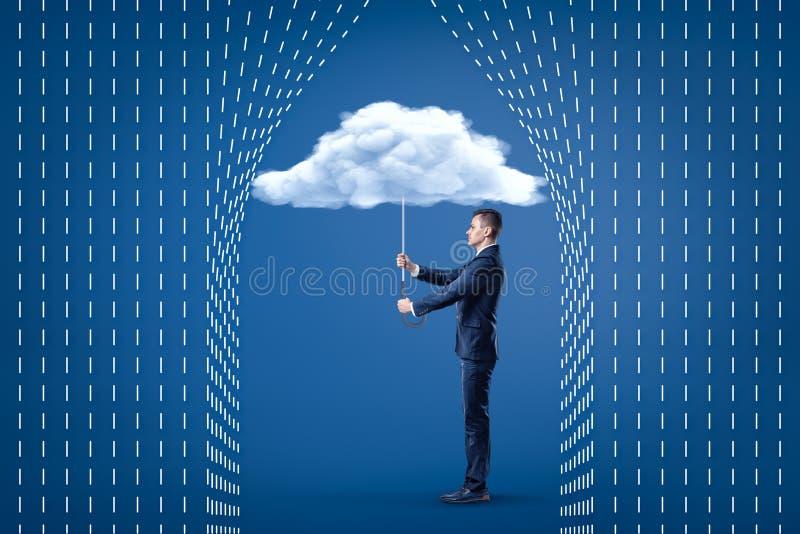Homem de negócios novo que guarda o guarda-chuva branco da nuvem com a chuva dos desenhos animados tirada no fundo azul foto de stock royalty free
