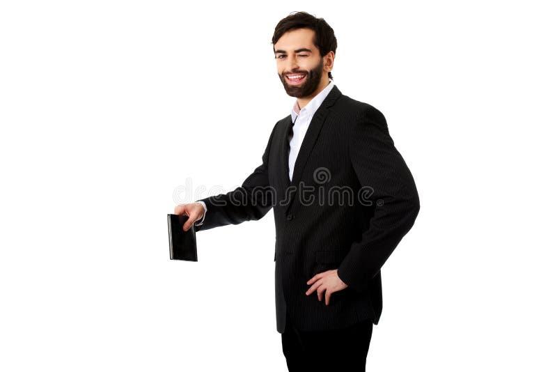 Homem de negócios novo que guarda o espaço da cópia fotos de stock royalty free