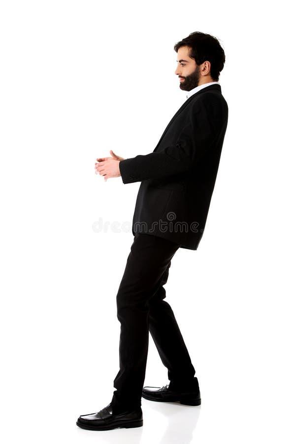 Homem de negócios novo que guarda o espaço da cópia foto de stock