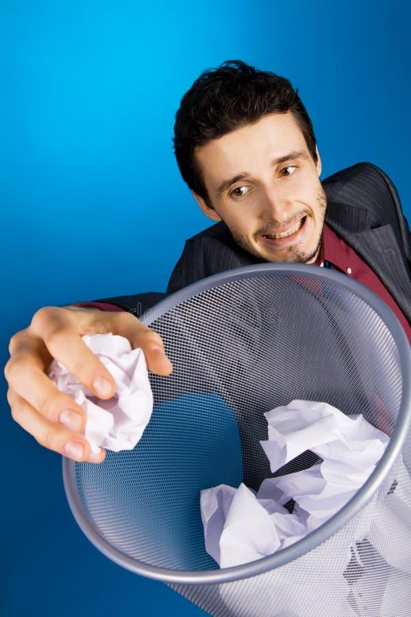 Homem de negócios novo que joga o baskteball com papel foto de stock royalty free