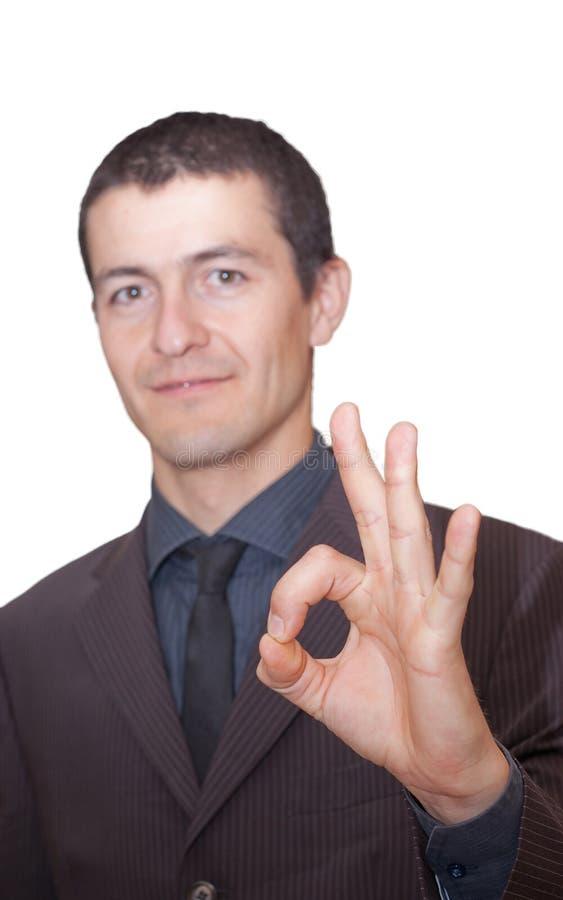 Homem de negócios novo que mostra está bem imagens de stock