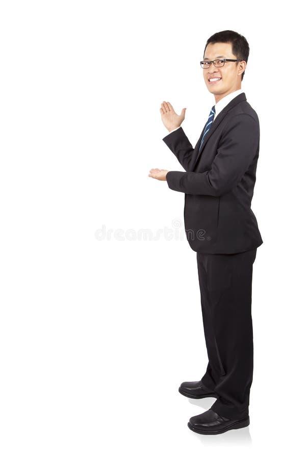 Homem de negócios novo que mostra o copyspace fotografia de stock royalty free